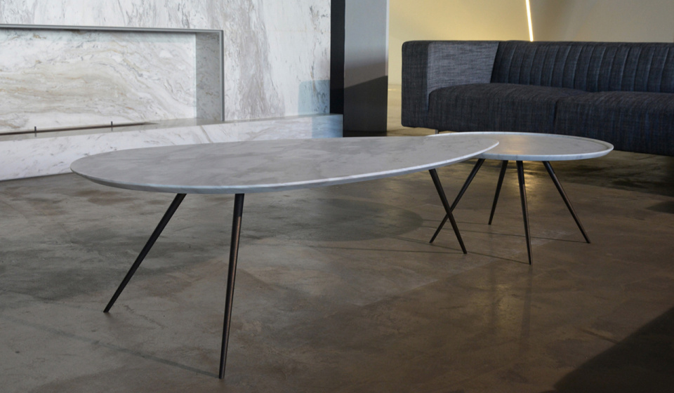 Egge coffee table in ochiro marble and Eclipse 600 in carrara marble